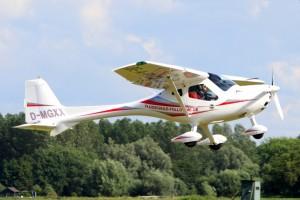 das Fotos zeigen ein Ultraleicht- Flugsportgerät einer hohen Leistungsklasse.  mit diesem Gerät ist ein Schleppbetrieb für Segelflugzeuge möglich.  Die Motore werden mit Bleifreiem Benzin betrieben und zeichnen sich durch die geringe Lärmimmission aus.