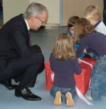 Herr Meß übergibt die Bücherkiste an die Kinder der KiTa.