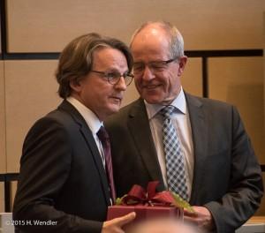 Oberbürgermeister Hans Wilhelm Reiners heißt Dr. Bonin herzlich willkommen.