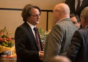 der Vorsitzende des Planungs- und Bauasschusses Horst-Peter Vennen gratuliert fdem neuen Dezernenten zur Wahl
