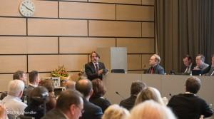 Der soeben gewählte neue Dezernent spricht im Mönchengladbacher Stadtrat zu den Mitgliedern.