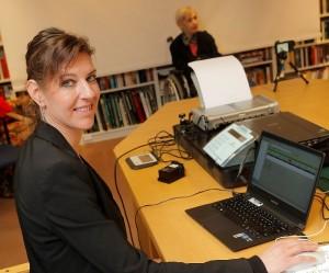 Scanner, Drucker, Laptop, Kamera, Signaturpad – so ausgestattet kann Michaela Helus vom Fachbereich Bürgerservice ihren Kunden auch im Altenheim Eicken zum neuen Personalausweis verhelfen.