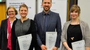 Senatsvorsitzende Prof. Dr. Dagmar Ackermann mit den Senatspreisträgern Karoline Günther, Igor Maas und Nika Rams (von links).