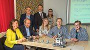 Alle Beteiligten an einem Tisch bei der Vorstellung des Projektes Im Franz-Meyers-Gymnasium in Giesenkirchen