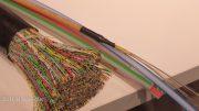 Links ein herkömmliches Kupferkabel, rechts ein Glasfaserkabel mit höherer Leistung